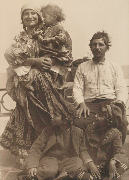 Gypsy_family_from_Serbia